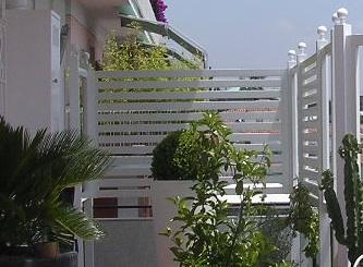 Grigliati in legno per balconi su misura a roma for Arredo esterno in legno