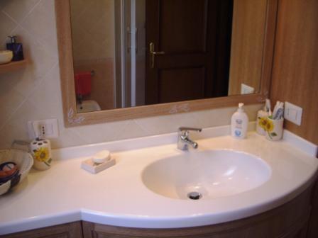 Mobile bagno con piano sagomato e lavello in corian falegnameria rd arredamenti s r l roma - Mobile bagno in muratura fai da te ...