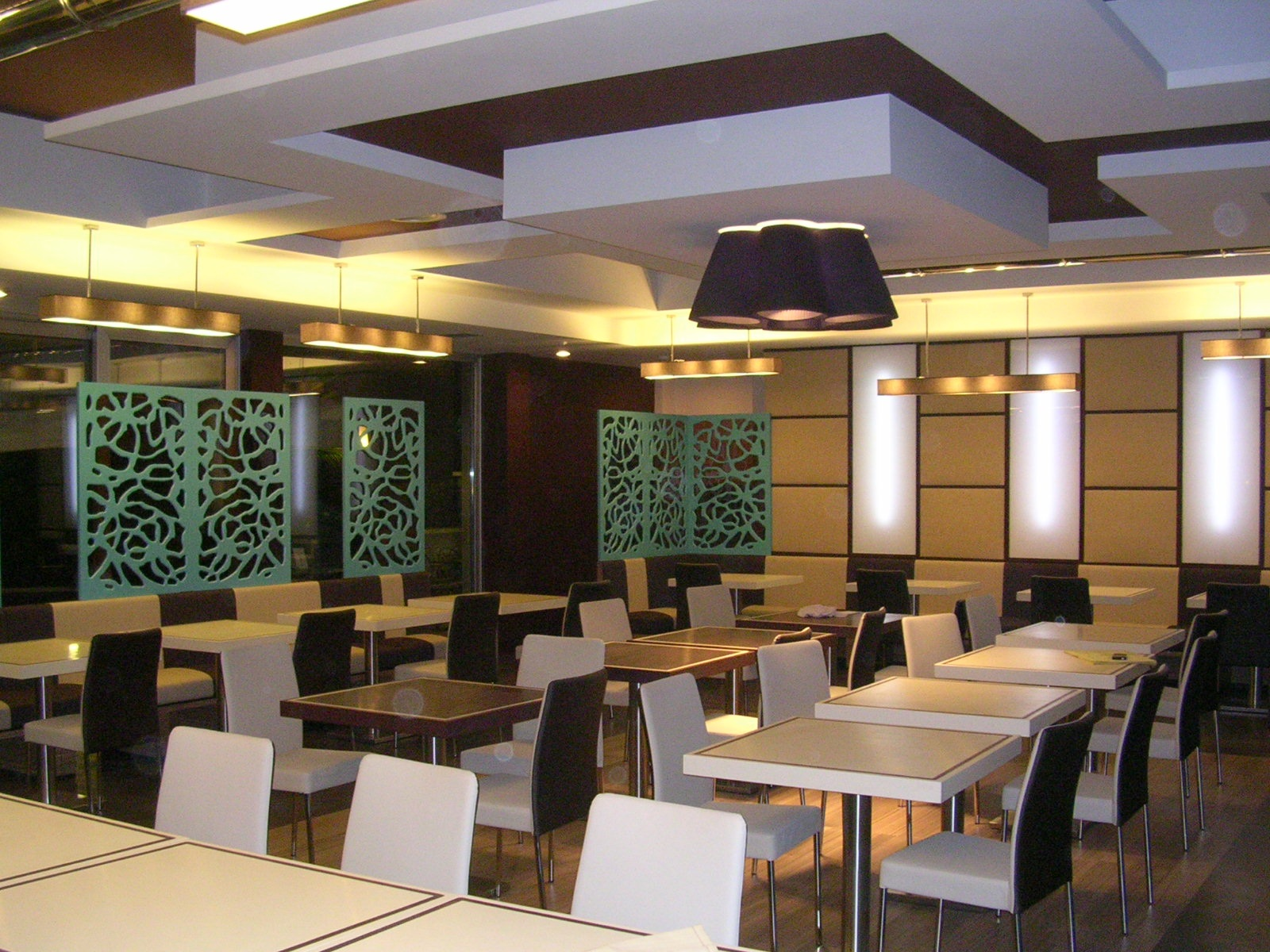 Arredi per ristoranti falegnameria rd arredamenti s r l for Sala arredamento